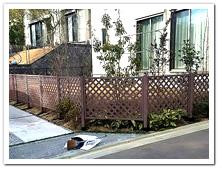 お庭周囲へL型に設置した人工木ラティスフェンス(BR)