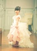 ゴージャスフェザートレーン付きピンクガウンドレス【A Touch Of Roses】12カ月から12歳