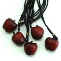 岡下さんの木彫りのネックレス りんご
