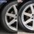 車の足回り(タイヤとアルミホイール)ケアのBefore&After。光り輝くホイールと黒く艶やかなタイヤは美しさを引き立てる