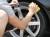 タイヤコーティング/エクストラの施工はカーシャンプーで洗車して乾かしたら専用のスポンジで塗り伸ばすだけ!誰でも簡単に施工可能です