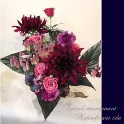 公演祝いのアレンジメント ブラックリーフ 二子玉川の花屋 ネイティブフラワーイーダ