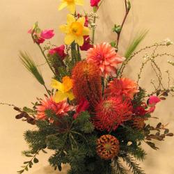 目黒区中町に贈る大きなアレンジメント バンクシアと春の花