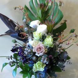 歌舞伎町に贈る花 大きなアレンジメント アンティークベージュバラとテトラゴナ