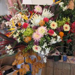 狛江市に贈るお祝いスタンド花 白・黄色・オレンジ・茶のお洒落スタンド