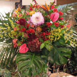等々力に贈るお祝いスタンド花 黒パイプの2段スタンド
