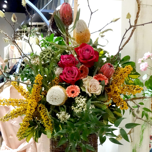 開店祝い 花 白・黄色・オレンジ・茶のお洒落スタンド花 東京 二子玉川の花屋 ネイティブフラワーイーダ