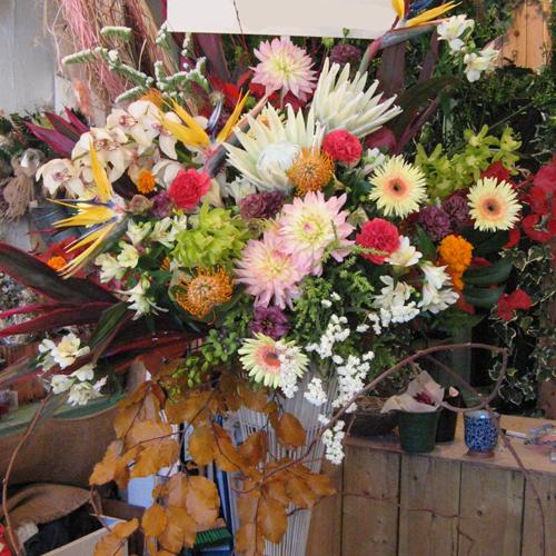 白・黄色・オレンジ・茶のお洒落スタンド花 東京 二子玉川の花屋 ネイティブフラワーイーダ