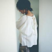 高橋志津奈さん着用 【Back ribbon dolman linen blouse】