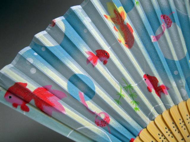 シルク扇子 金魚★日本のお土産に最適!英語説明書付き