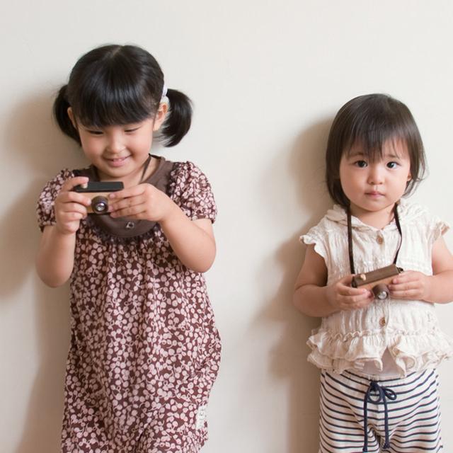 木製カメラで遊ぶ女の子