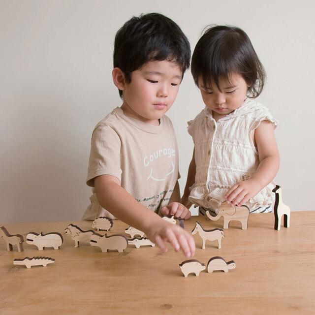 動物積み木ノエで遊ぶ子供たち