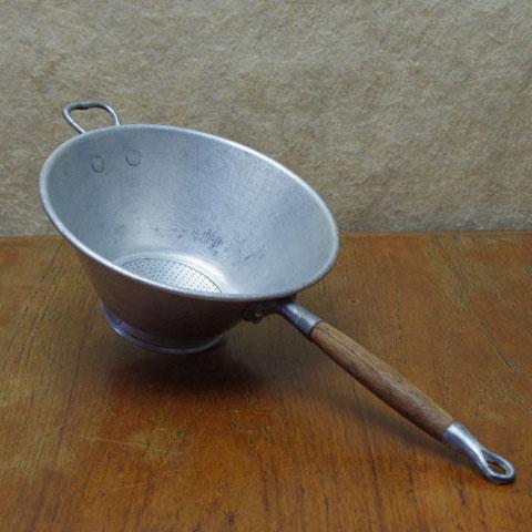 フランスブロカント  アルミコランダー(木製柄つき)14.5cm