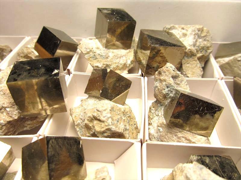パイライトキューブ母岩付き原石