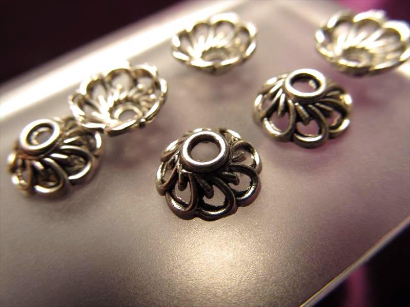 ◆ハイクォリティ・メタルパーツ◆花型 飾り金具◆約9mm 【穴径2ミリ】◆10個入り・140円◆真鍮 シルバー◆H35◆
