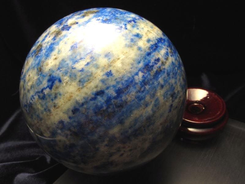 ◆極上品質!一点物◆美麗瑠璃色◆幸運を呼び寄せる◆ラピスラズリ丸玉置物◆木製台座付◆アフガニスタン産◆直径約95mm★1361g★