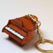 グランドピアノ 鍵盤 本革製 キーホルダー 音楽雑貨 音楽グッズ 音楽ギフト 楽器グッズ