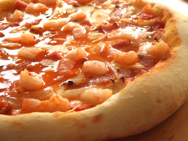 ピザ 海老とベーコンのガーリックトマトソース