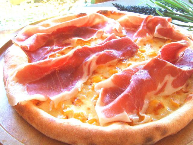 ピザ 生ハムとコーンのクリームソース
