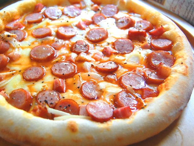 ピザ ソーセージ・ベーコン・ロースハムのトマトソース