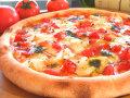 ピザ カマンベールとバジルのトマトソース