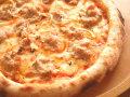 ツナとオニオンのトマトソースピザ