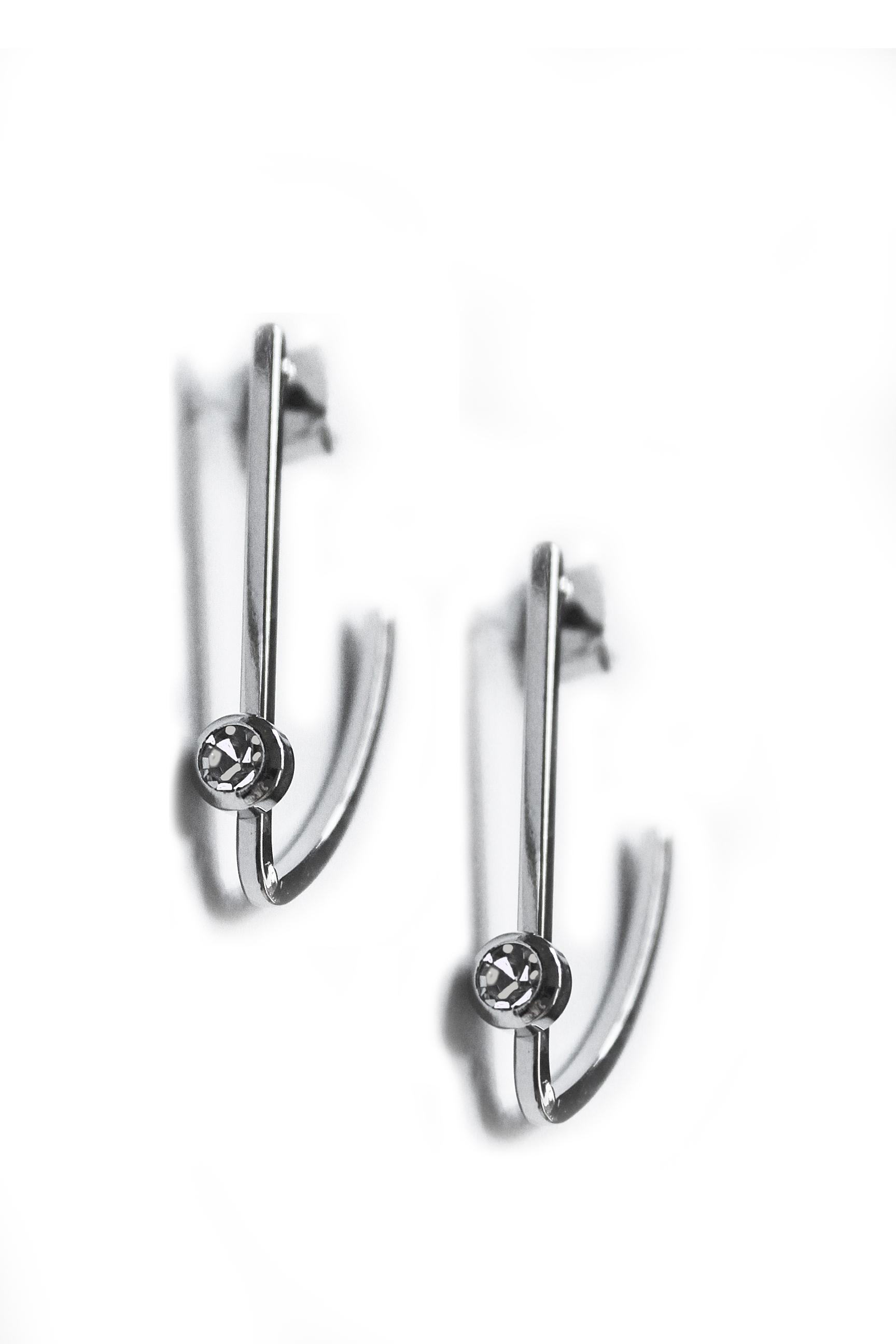 スワロフスキークリスタルがよく光るモダンなデザインのイヤリング(ピアス使用)【ロジウム加工】