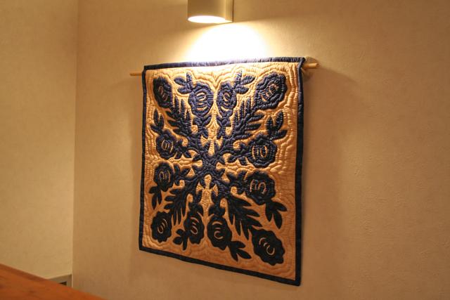 60センチ角、ハワイアンキルト、ムラ染め、タペストリー、手縫い、色合い、ロケラニ、ブルー、ホワイト