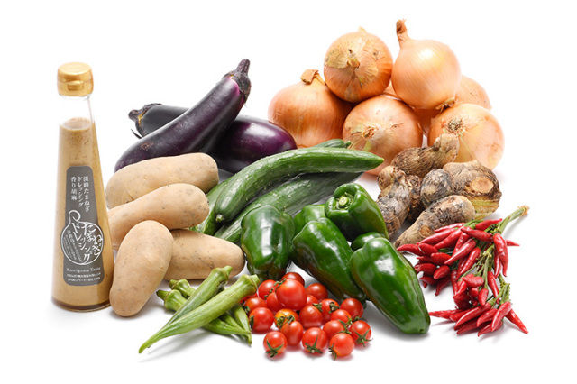 淡路島の市場からその日届いた秋の野菜(淡路島産玉ねぎ付き)を健康玉ねぎ&香り胡麻ドレッシングで食べるセット