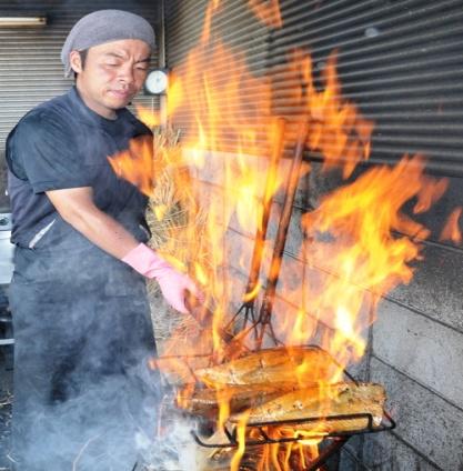 人気の完全藁焼きの鰹のたたきは風味と旨みが違う!藁焼きの鰹たたきを販売しております。