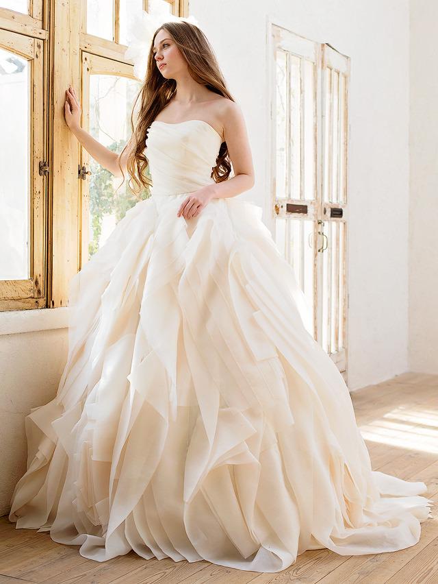 ピンクみのあるアイボリーカラーが高級感を演出するウェディングドレス