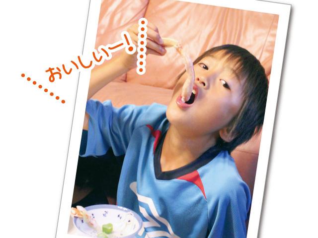 子供が蟹を美味しそうに食べている写真