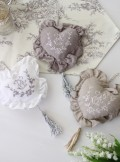 フランスから届くフレンチリネン (ハートオーナメント・タッセル付き) 【Blanc de Paris】 ドア飾り モノグラム刺繍 シャビー