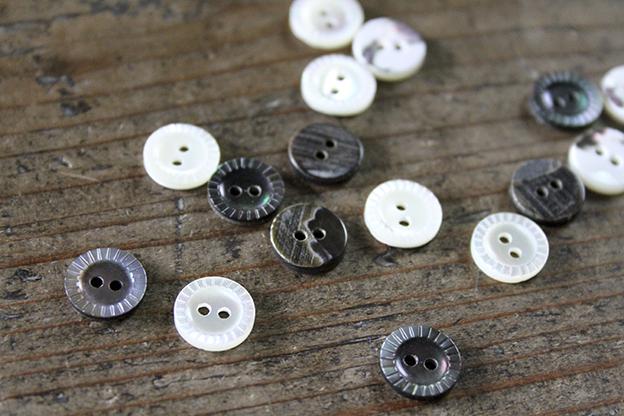 奈良 貝ボタン きざみ 黒 2穴 11.5mm