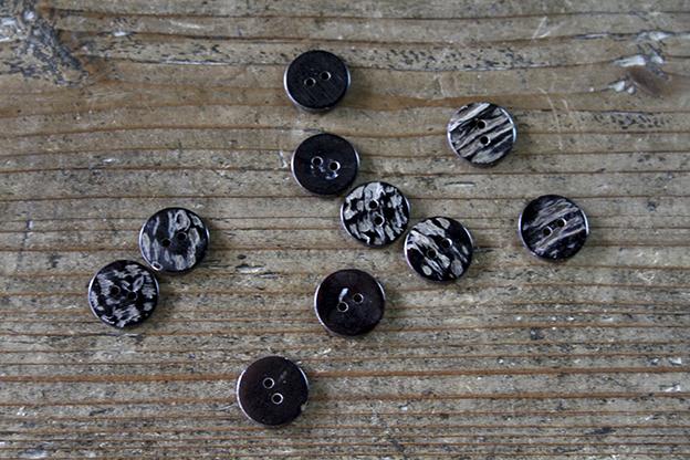 奈良 貝ボタン ノワール 2穴 15mm