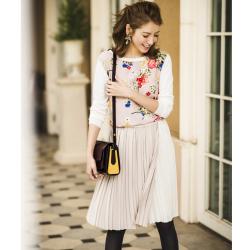 ドラマティックバイカラープリーツスカート 【tisey ティセイ】 Lovery Autumnカタログ 美香さんはベージュを着用