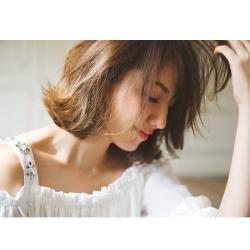 エレ女磨きに★ビジュー付きたっぷりギャザーのオフショルブラウス■美香さんはホワイトを着用