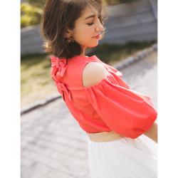 ボリューム袖で特別可愛いバックりぼん付きカットショルダーブラウス■美香さんはピンクオレンジを着用