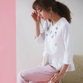 【きらめきカラフルビジューON裾フリルスウェットプルオーバー】2017 tocco closet(トッコクローゼット) Collection 堀田茜さんはオフホワイトを着用