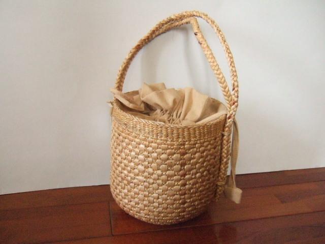 【タイ製】円筒形の巾着付きかごバッグ ボンボン付き ウォーターヒヤシンス