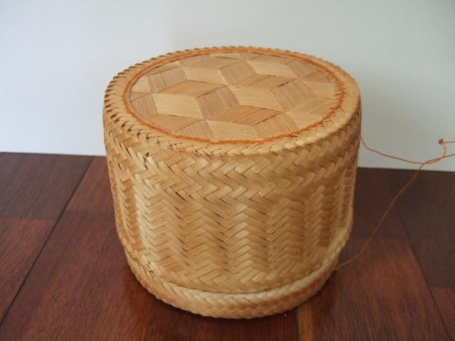 【タイ製】丸型の大きなカオニャオ入れるかご オレンジ紐 直径16cm 用途は様々