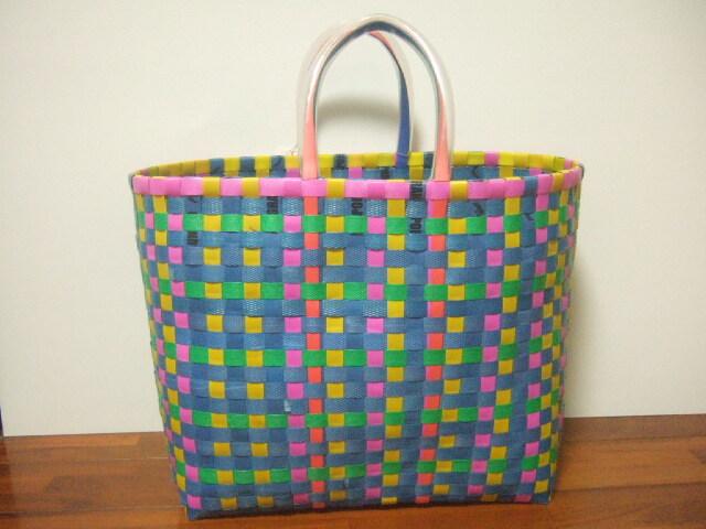 カラフルな色合いのビニールひもで編んだカゴ小さめ チェンマイから