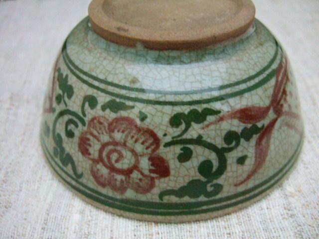 タイでも珍しい陶器 サンカローク焼きの鉢 赤の絵付け