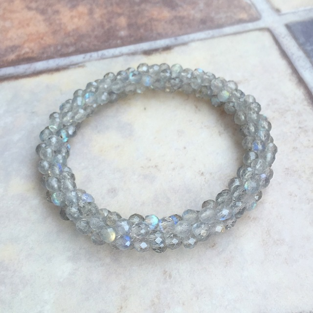 『銀色のクロッシェ』  宝石質ラブラドライト