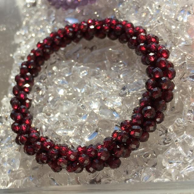 『魅力を引き出し、やる気や活力を刺激してくれる』 赤が美しい宝石質ガーネットSのクロッシェ
