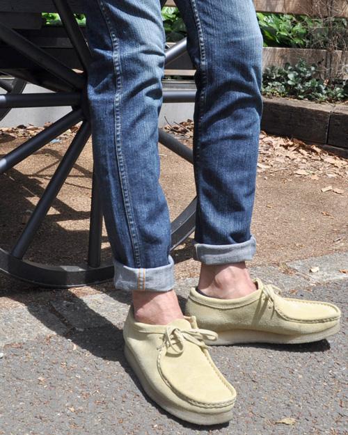 淡い色のワラビーなら、同系色のパンツを合わせます。丈はやはり短めで。しかし最近は短すぎるのもNG傾向なので、靴に乗らない程度にすることで、落ち着いた足元に