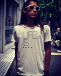 【3周年記念アイテム】【限定】LIFE IS ....(ライフイズ) ROUGH NECK TEE/ プリントT
