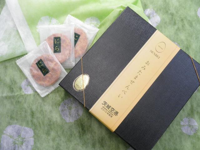 茨城空港開港記念!おみたませんべい 24枚入 贈答用黒箱【磯山さやかさん公式ブログで紹介】