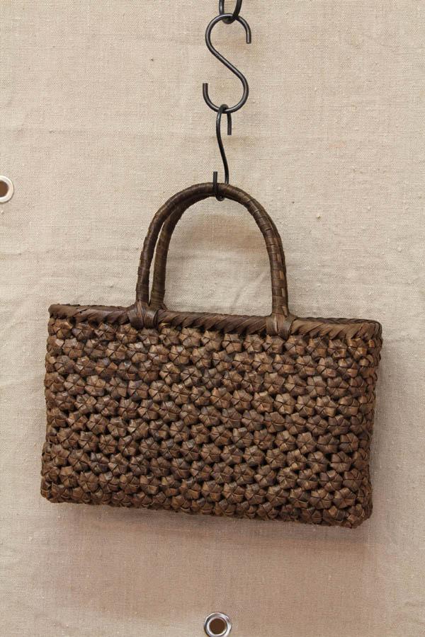 くるみで編んだバッグ