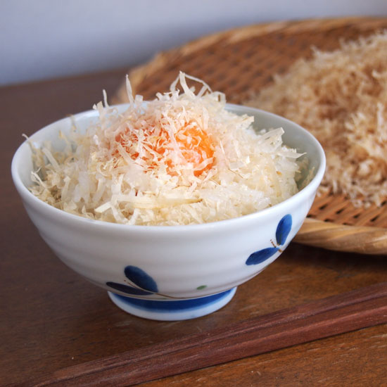 鶏削り節をかけた卵かけご飯